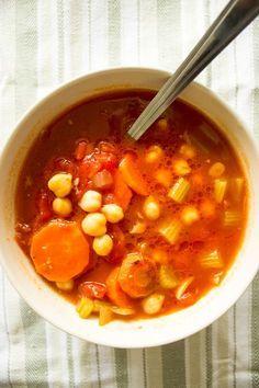 Диетический суп с нутом - простой рецепт, который согреет вас зимой! Меньше 10 ингредиентов. Сытный и низкокалорийный суп, легко превращается в веганский.