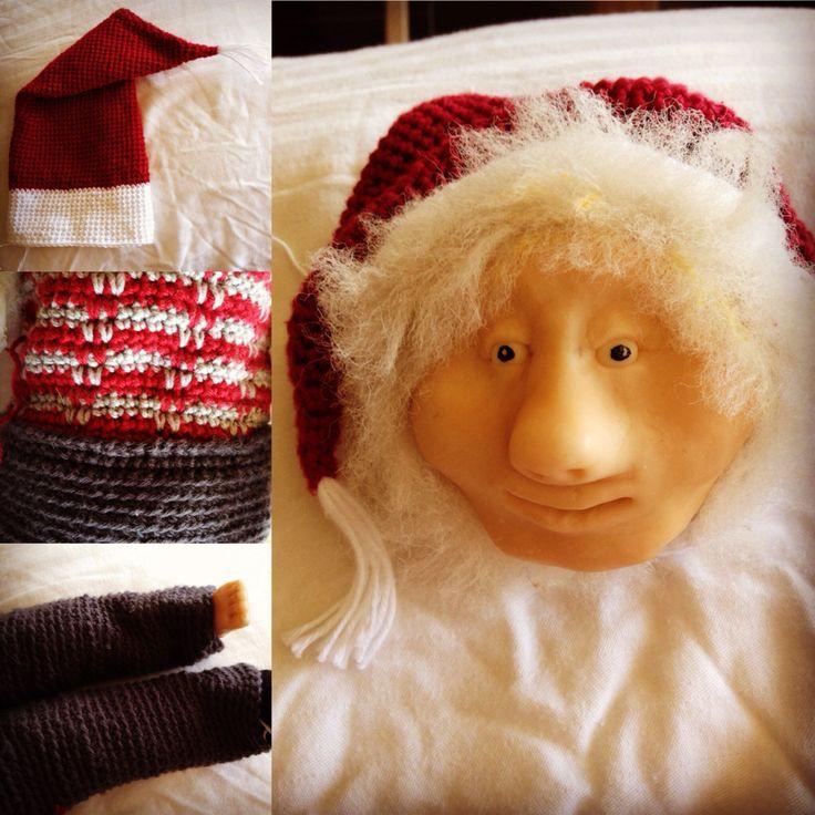 Julenissen Julius tager form dukken har jeg selv lavet da jeg var ca 12 år og med nyt hæklet tøj skal han nok blive en rigtig drillenisse