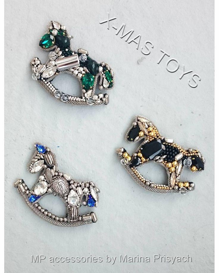 #marinaprisyach #jewellery #swarovski #toy #horse #newyear #designer #Moscow #spb #украшения #сваровски #брошь #лошадка #новыйгод #Москва #Питер #СПб Броши в виде игрушки-лошадки)
