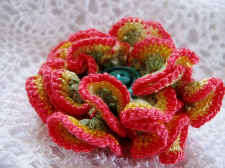 Fantasy - háčkovaný květ 3D Květ uháčkovaný ze tří slabých bavlněných přízí. Zelený základ, žlutý střed a lososový okraj, střed tvoří tmavozelený knoflíček. Květ můžete použít jako brož nebo k dekorování různých předmětů včetně přáníček... Průměr: cca 5,5 cm.