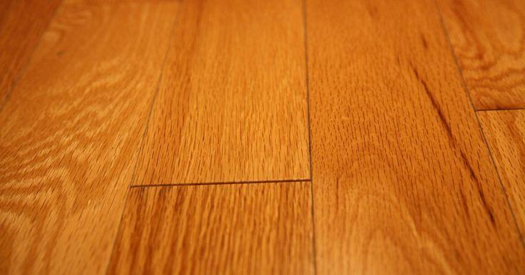 Cómo reparar un piso de madera rayado. Los pisos de madera pueden estar hechos de cedro o de arce, y se tiñen para lograr el acabado ideal. Las uñas afiladas de las mascotas, los tacos aguja, los vidrios rotos y los muebles pueden producir feos rayones en los pisos de madera. Los kits para repararlos sólo sirven para los rayones superficiales, pero cuando los rayones profundos penetran ...
