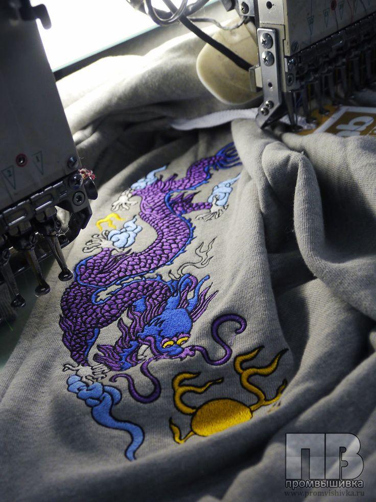 Машинная вышивка дракона на толстовке
