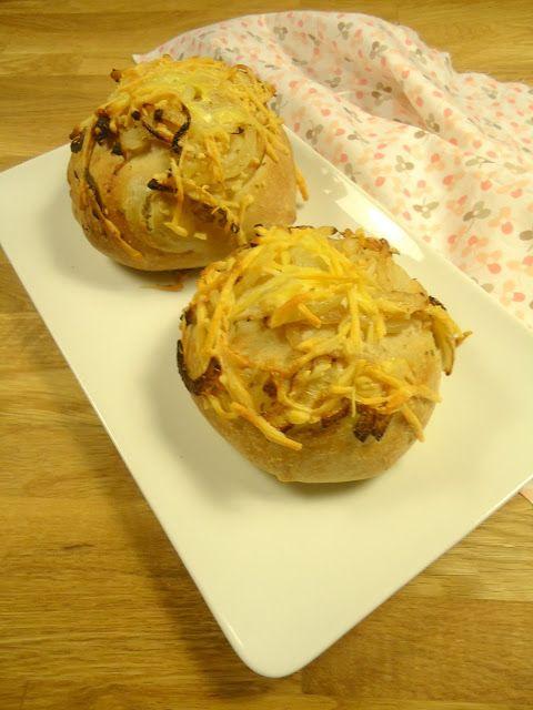 Dit recept voor kaas ui broodjes is zo lekker en ook heel makkelijk om te maken.