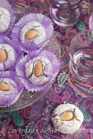 el mchakek l'un des gâteau algérien les plus simple à faire. Cousin des macarons à l'ancienne, ils sont fait à base de poudre d'amande, de sucre, de blanc d'oeufs et d'un parfum au choix. Ici je les ai parfumé à la violettes, hmmm trop bon. El mchakek est vraiment facile et rapide à réaliser etRead More