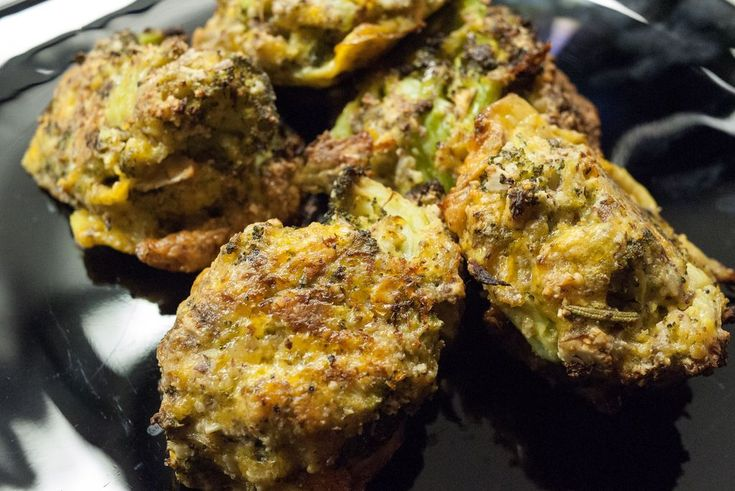 Tyto brokolicové sýrové kousky jsou výborné nejen jako večeře, ale i jako svačinka během dne, když vás zrovna přepadne hlad. ;)  Suroviny:  2 střední brokolice 1 a půl hrnku nastrouhaného čedaru 3 vejce 1 hrnek mandlové mouky bazalka, oregáno, rozmarýn, tymián, majoránka sůl, pepř  Postup:  Brokolici nalámeme na menší kousky, odřízneme košťál a uvaříme v páře.    Ostatní suroviny vložíme do větší misky a dobře promícháme. Uvařené brokolicové kousky obalíme ve směsi a položíme na plech…