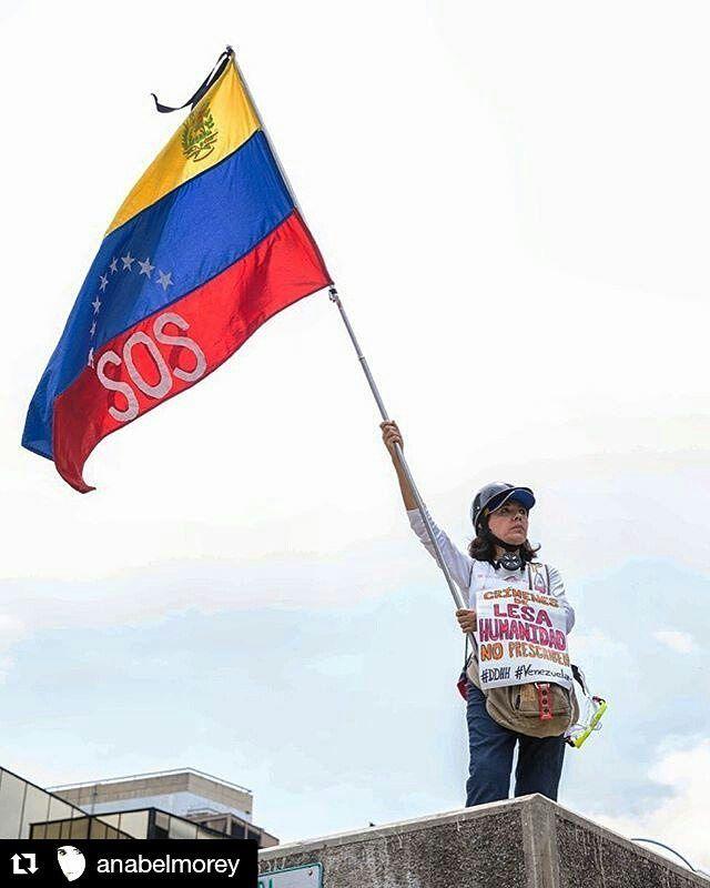 Foto de @anabelmorey Es absurda la cantidad de violaciones de nuestros derechos humanos los ciudadanos caminamos por un mejor país está en nuestros derechos dentro de la constitución #ccs #caracas #caminacaracas  SOS #venezuela Marcha hoy al CNE. Crímenes de lesa humanidad no prescriben #venezuelalibre #nomasdictadura #caracas #resistencia #elnacionalweb