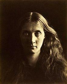 ジュリア・ジャクソンの肖像写真(カメロン撮影)。ジュリアはカメロンの姪であり、お気に入りの被写体であり、作家ヴァージニア・ウルフの母である。