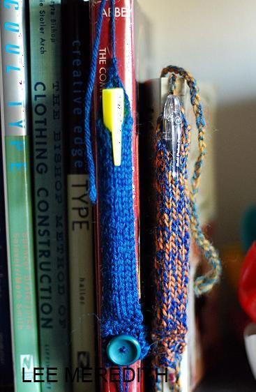 """Dans le domaine du """"un objet -plusieurs utilisations"""", voici la version de Lee Meredith en tricot (tiré de son e-book de janvier 2011)..en tricot, un marque-page qui permet de garder son stylo ...astucieux non ?"""