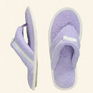 These cushioned flip-flop slippers are both comfortable and practical in a college dorm with bathrooms sometimes far down the hall. #dorm #slippers #college
