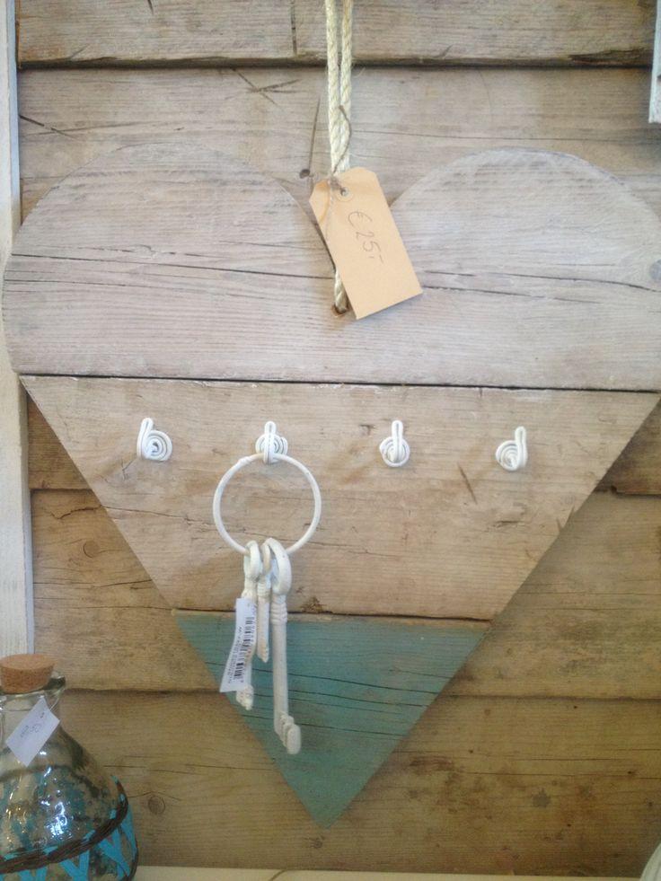 Hart van steigerhout met haakjes, te gebruiken als bijv. sleutelrek