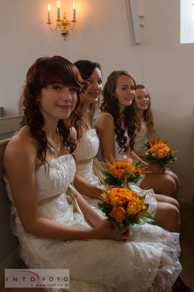 Bryllupspiger på rad og række #Bryllupspiger #Brudepiger #flowergirls #Bryllupsfotograf #Intofoto #Bryllupsfotograf #Bryllupsfoto #Bryllupsfotografering #Hillerød #Nordsjælland