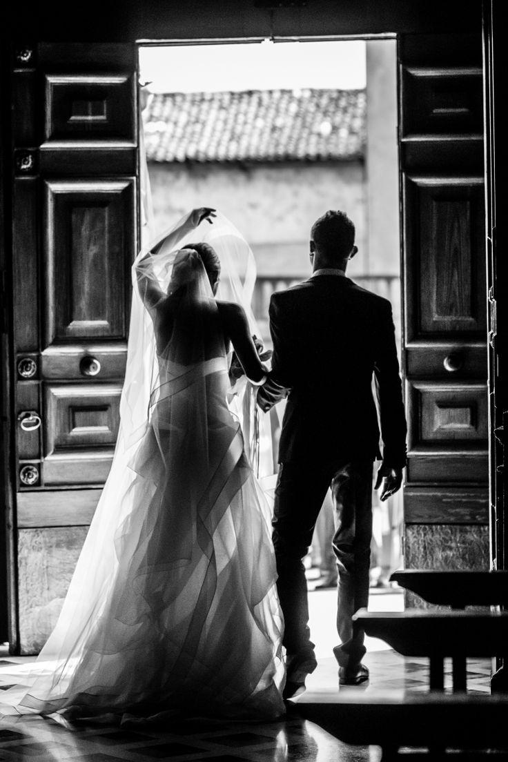 La sposa, uscendo dalla chiesa, si abbassa il velo per proteggersi dal bombardamento di riso che la attende... #Wedding #weddingphotography #weddingphotographer #matrimonio #francescobonarrigo #brescia #fotografodimatrimonio #ricethrow #lanciodelriso #uscitachiesa