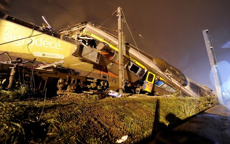 22/Jan/2013 - Quinze pessoas ficaram feridas na noite de segunda-feira (21) na estação de Alfarelos, perto da cidade portuguesa de Coimbra, depois da colisão entre o trem que liga Lisboa a Porto e um comboio regional. A causa do acidente ainda não foi determinada.