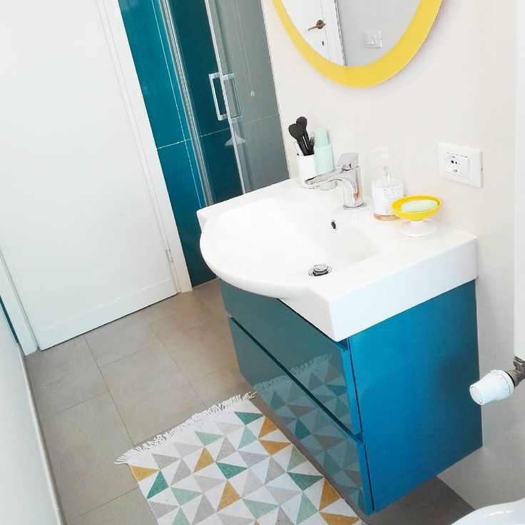 Colors in a little bathroom...I love Yellow and Blue together! I colori in un piccolo bagno...adoro il giallo con il blu!