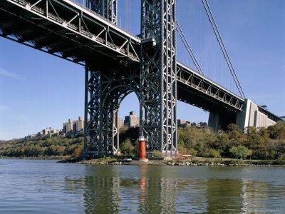 Farol do Gancho de Jeffrey. O pequeno farol vermelho, de ferro fundido, deixou de ser usado como um farol funcional há muito tempo, mas ao longo dos anos, esta estrutura de 12,192 m de altura tornou-se um farol de outro tipo. Localizado por baixo da ponte George Washington ao longo de uma seção traiçoeira do Rio Hudson, este é um dos poucos faróis sobreviventes em Nova York e serve como um lembrete aos curiosos, da história da região.  Fotografia: http://www.lighthousefriends.com