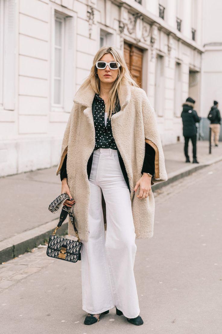 De los 'wide leg' blancos a la blusa de lunares, pasando por el bolso de logos (¡bravo, Camille Charrière!)
