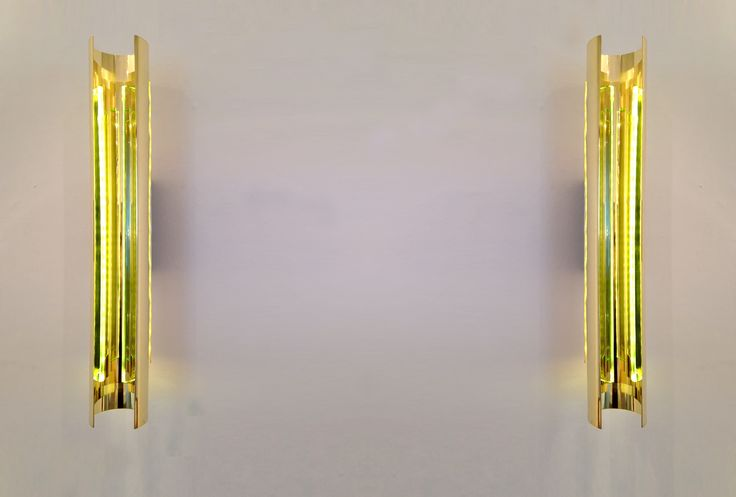 The pair of lamps Ovidio, in a numbered series and exhibited in setting DESIGN DIALOGUES in La Galerie 11 Columbia, is a clear example: overlapping brass layers does not close on itself and leaves indeed that the two crystal semicircles enact a light blade, reflected in the golden embrace.