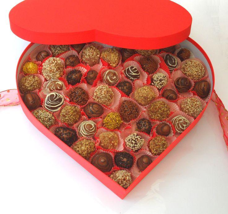 Ein großartiges Geschenk aus Liebe - diese Bonbonniere umfasst ausgewählte Früchte überzogen mit Milch- oder Bitterschokolade, händisch verziert mit Ornamenten aus Nüssen, Karamellstücken oder Schokoflocken.