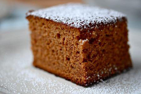 O prajitura perfecta de iarna este delicioasa turta dulce de casa. Aroma condimentelor folosite este secretul acestui desert preferat in special de copii. Ingrediente Turta dulce de casa: 400 ml lapte 100 grame miere 50 g unt topit şi racit 400 grame faina 250 g zaha brun 2 linguri cu