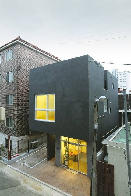 무슨 일이든 조건이 까다로울수록 고민의 흔적이 결과물 곳곳에 묻어난다. 이 집의 까다로운 조건은 작은 땅과 거주-상업용도의 혼재였다. 건축주와 건축가가 문제를 풀어내는 방식을 통해 도심 속 협소주택의 새로운 해답을 발견해 보자.군포시 금정동, 골목 안 작은 대지에서 오랫동안 미용실을 운영하던 건축주는 기존에 있던 상가주택을 헐고 아들과 부부, 세 가족이