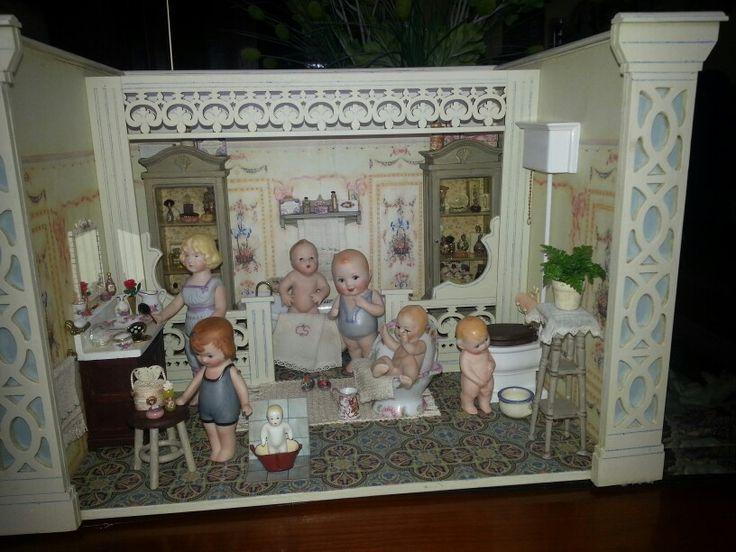 Cuarto de baño escala  1/12 con reproducciones  de muñecos en porcelana realizado por alumna del taller TM.