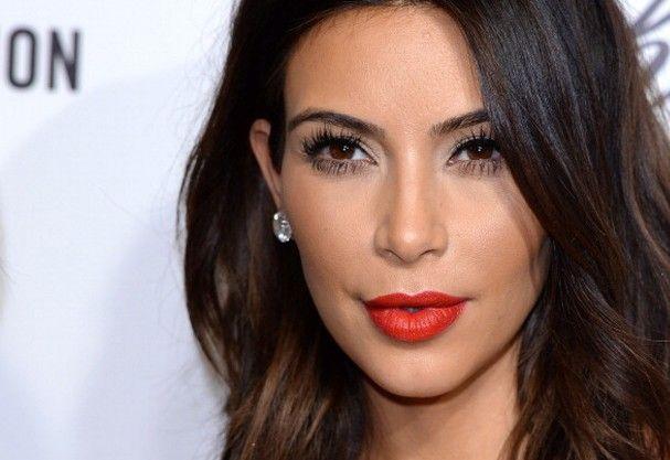 Aprenda 5 maneiras de afinar seu rosto (com - e sem! - maquiagem) Acredite se quiser: o segredo para um rosto mais fino está até no penteado que escolhemos para os cabelos