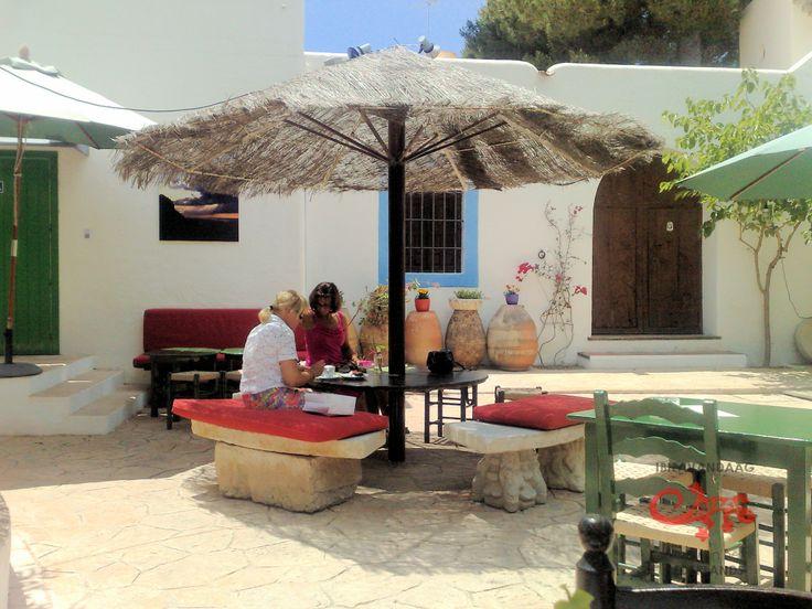 Raco Verd, San Josep. Gezellig klein barretje dat ideaal is voor een ontspannen ontbijt met een krant of voor de middagborrel.