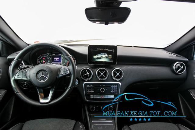 khoang cabin Mercedes A200 đáp ứng đủ tiêu chuẩn của một chiếc hatchback