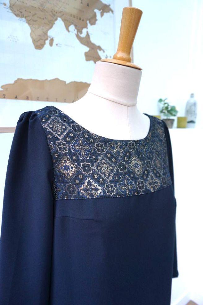 Robe réalisée à partir du patron Vanessa de République du Chiffon en crêpe bleu marine et brocard de chez Sacrés coupons.