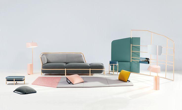 Insulaire par Numéro 111. Le salon est envisagé comme une île, un espace dans l'espace où le mobilier joue un rôle structurant et crée différentes expériences de confort et d'usage. L'une, plus traditionnelle, se déroule autour du canapé; l'autre, plus décontractée est liée à la vie au sol avec un tapis, élément central, où viennent se positionner des coussins de sol qui peuvent s'utiliser comme repose-tête, appuie-dos ou assise selon la position de leur anse