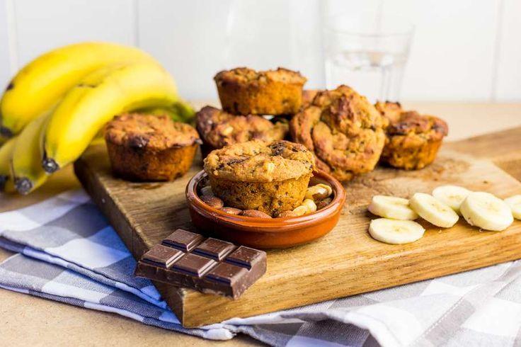 Recept voor veganistische muffins voor 4 personen. Met boter, kikkererwten, banaan, pindakaas, notenmix, bakpoeder en pure chocolade