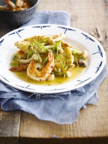 Gebakken vis met garnalensaus http://njam.tv/recepten/gebakken-vis-met-garnalensaus