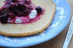 Dit is een heel eenvoudig recept voor een amandelmeel pannenkoek. Deze (basis)pannenkoek is glutenvrij en koolhydraatarm. Hij is erg geschikt als ontbijt omdat het een stevige en goed vullende pannenkoek is. Je kunt er allerlei lekkere toppings bij serveren zoals fruit en yoghurt maar ook kaas is er erg lekker bij. Voor een amandelmeel pannenkoek heb je nodig: 2 flinke eetlepels amandelmeel snufje zout 1 ei scheutje (plantaardige) melk (kokos)olie om in te bakken Hoe maak je het? Maak een…
