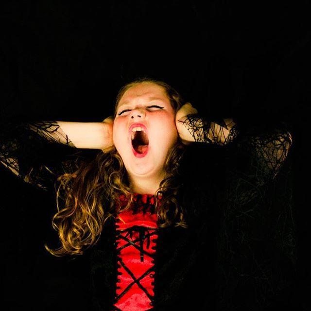 Existe relação entre o stress crônico e a obesidade? Uma publicação recente na revista Obesity aumenta a evidência da existência dessa associação.   O cortisol (hormônio do stress) está relacionado com diversos processos biológicos no organismo, como a composição corporal e o acúmulo de gordura no corpo. 👉🏻Nessa publicação os pacientes que apresentavam maior acúmulo de cortisol no final do estudo, apresentavam maior peso, IMC e circunferência abdominal. 😱 Foram analisados níveis de…