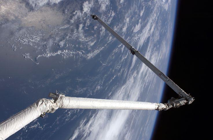 STS-114_robot_arm_extension.jpg (3032×2000)