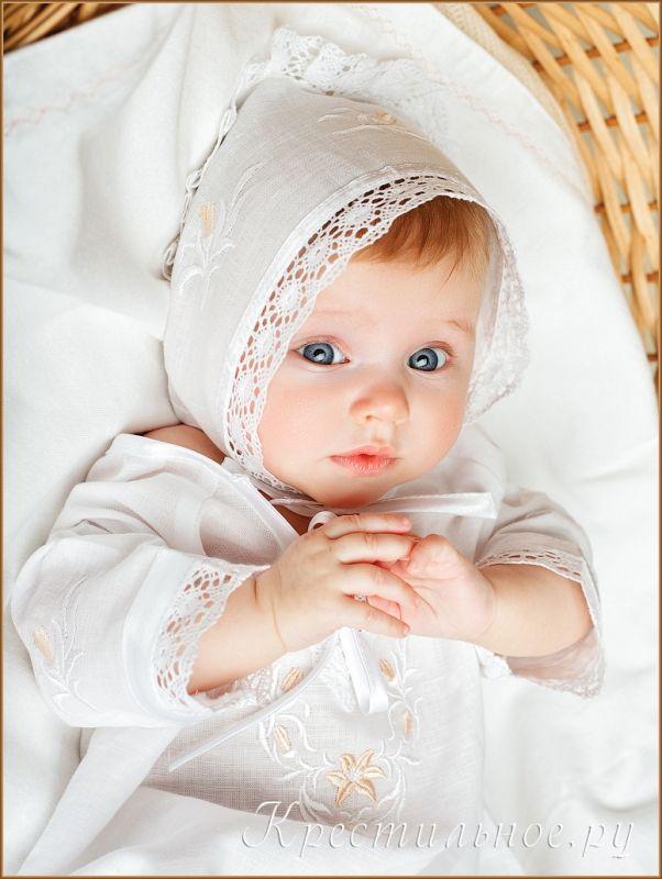 Красивый чепчик для девочки из тонкого  отбеленного смесового льна (50%лен/50%хлопок) с оторочкой краевым плетеным кружевом и вышитыми бутонами лилий. Завязки выполнены из атласной бейки, край чепчика дополнительно декорирован атласной ленточкой.
