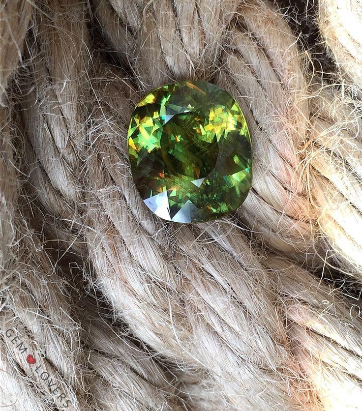 Цвет - важнейший параметр для ювелирного камня сфена. Помимо коричневых и желтых оттенков, наиболее характерных и распространенных для сфенов, на некоторых месторождениях встречается зеленый сфен. Данный сфен имеет массу 12,58 карат. Доступен к приобретению, 4280 $Сolour is the most important characteristic of precious stone. Except for the yellow and brownish shades of rare gemstone sphene green shade is the most attractive variety. This specimen has weight 12.58 ct and it is availableat…