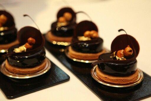 Ιούνιος 2012, Craquant au chocolat noir et fève tonka, caramel mou et noisettes caramélisées.    Création Gilles Marchal