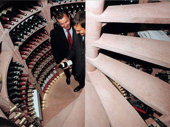 Een eigen wijnkelder, welke wijnliefhebber wil dat niet? De Helicave maakt dit mogelijk. Een waar pronkstuk waarin uw mooiste wijnen perfect op authentieke wijze worden bewaard. De Helicave is een geprefabriceerde wijnkelder, welke binnen circa twee weken onder uw woning wordt geplaatst. ProVinum Wijnkelders werkt nauw samen met Van Dijk Maasland en begeleid u door
