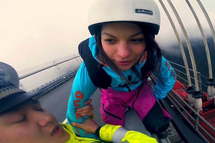 Девушка бейсер, полицейские и прыжок с моста https://mensby.com/video/entertainment/7253-girl-base-jumper-police-jump-bridge  Полицейские не давали девушке прыгнуть с моста с парашютом. Но это не остановило ее. Бейсджампинг, на текущий момент, рассматривается как крайне экстремальный спорт.