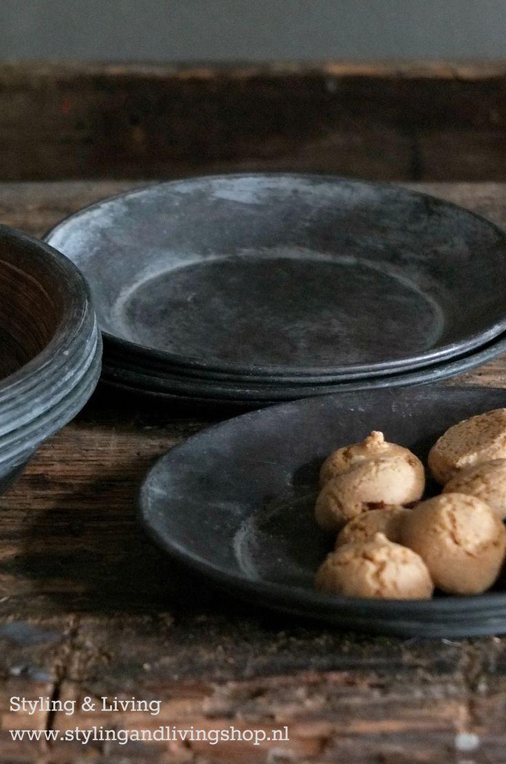 Zinken bordjes, bakjes en schaaltjes voor het mooi serveren van de koffie of de borrel. www.stylingandlivingshop.nl