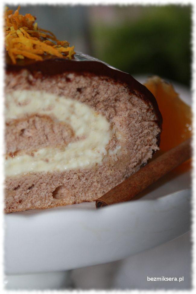 Rolada cynamonowa z kremem pomarańczowym oblana pyszną polewą czekoladową.