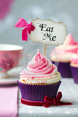 Cupcake com tema de Alice no país das maravilhas com topper