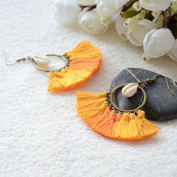 Boucles d'oreilles bohèmes a pompon et coquillage, bijoux bohème chic et hippie chic
