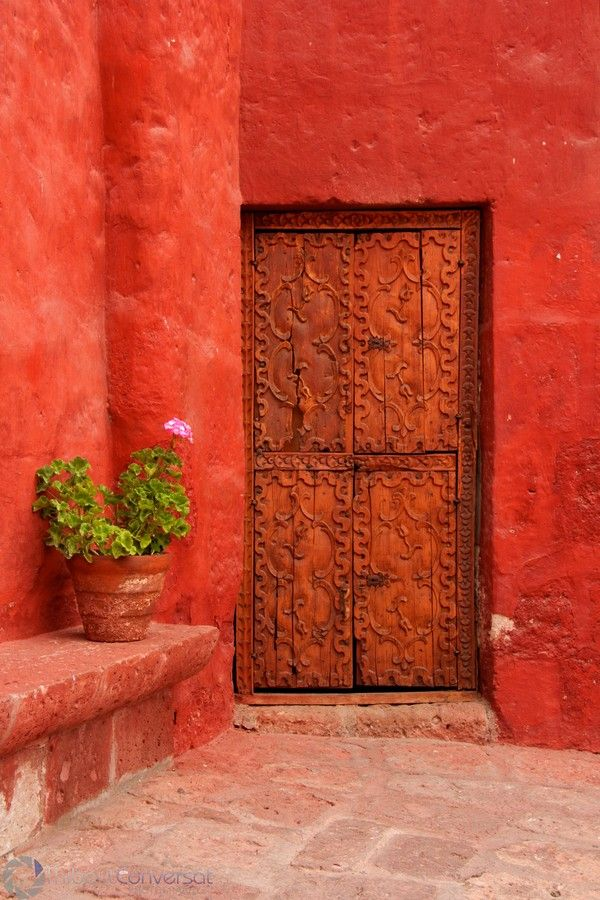 the colors, the position, the textures.... so beautiful and it makes me wonder what's behind that door.