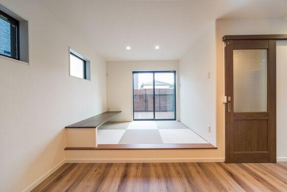 畳コーナーの向こうには広いバルコニー。小上がりの和室