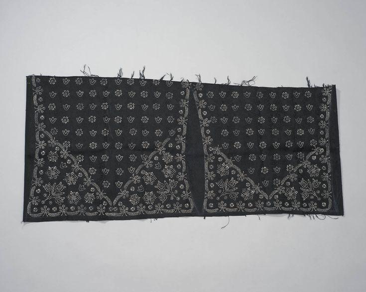 Stof voor doekjesgedrukte zware rouw kraplap, Staphorst of Rouveen, 1965-1984. Zwarte stof met ingeweven bloempatroon. Met krijt omtrekken van 2 panden. Grootste linker deel is achterpand. Binnen krijtlijnen met speciale witte verf motieven in stipwerktechniek. Kraplap met dergelijke hoekmotieven heet doekjesgedrukt. Ook voor overige kleding had men stof nieuw in kast. Naast vorm van welstand, ook handig voor onverwachte gebeurtenissen, zoals bv rouw. #Overijssel #Staphorst