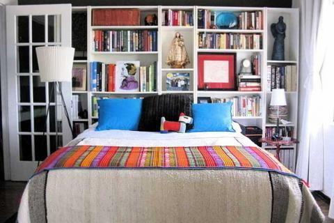 кровать с книжными полками в изголовье