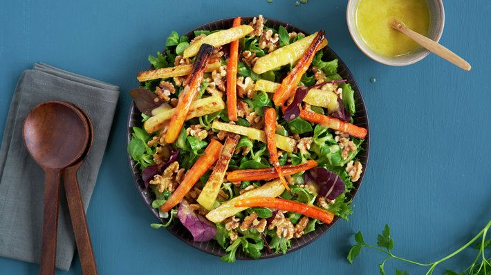 Noen ganger kan det være godt med en enkel og mettende salat til middag. Bakte rotgrønnsaker sørger her for mye god smak og at salaten blir mettende. Med honningdressing og nøtter blir det også masse god smak. Dette er en gjenoppskrift som hører sammen med Panerte koteletter med stuede grønnsaker.