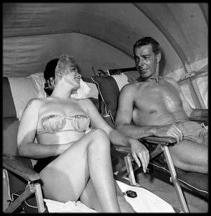 """1961 / Marilyn appela Joe DiMAGGIO dans un état de grande détresse, depuis le service de psychiatrie du """"Payne Whitney Hospital"""", à New York, où Marianne KRIS l'avait fait interner pour cure de repos. Joe prit l'avion depuis la Floride et demanda qu'on la fasse sortir de la section psychiatrique. Marilyn fut ramenée par Ralph ROBERTS à son appartement, où Joe l'attendait. Il la fit transporter au """"Columbia Presbyterian Hospital"""" où elle resta du 10 février au 5 mars 1961. Il resta avec elle…"""